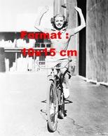 Reproduction D'une Photographie Ancienne De Ginger Rogers Sur Une Bicyclette Les Mains En L'air En 1936 - Reproductions