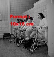 Reproduction D'une Photographie Ancienne De Jeunes Femmes Faisant Du Vélo Statiques En 1947 - Reproductions