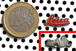 LEICA : Petite épinglette ( Pin's ) Argentée émaillée Rouge - Appareils Photo
