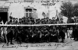 63 RIOM / CARTE PHOTO / AOUT 1914 / 1er RENFORT POUR LE FRONT / CASERNE ANTERROCHE / 105e REGIMENT D'INFANTERIE - Riom