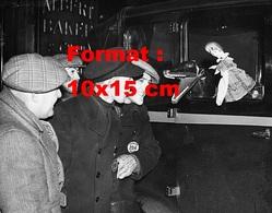 Reproduction D'une Photographie Ancienne De Chauffeurs Faisant Des Marionnettes Dans Un Taxi Londonien En 1937 - Reproductions