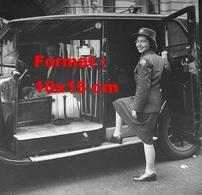 Reproduction D'une Photographie Ancienne D'une Femme En Uniforme Militaire Entrant Dans Un Taxi Londonien - Reproductions