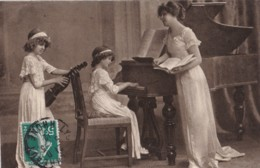 AQ12 Children, 2 Girls And Mother Playing The Violin And Piano (1) - Children And Family Groups