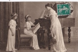 AQ12 Children, 2 Girls And Mother Playing The Violin And Piano (2) - Groupes D'enfants & Familles
