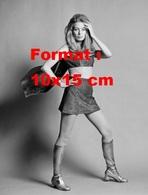 Reproduction D'une Photographie Ancienne D'une Mannequin Posant Jupe Courte Et Bottes Argentées En 1968 - Reproductions