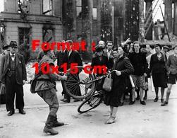 Reproduction D'une Photographie Ancienne D'un Soldat Tirant Sur La Roue De La Bicyclette D'une Femme à Berlin - Reproductions