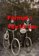 Reproduction D'une Photographie Ancienne De Deux Jeunes Femmes Posant En Tenant Leurs Chapeaux Et Bicyclettes En 1890 - Reproductions