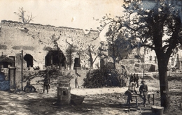 CARTE PHOTO ALLEMANDE - SOLDATS DANS LES RUINES DE MESSINES MESEN - BELGIQUE BELGIE - GUERRE 1914 1918 - 1914-18