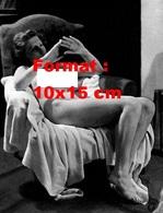 Reproduction D'une Photographie Ancienne D'une Jeune Femme Nue Assise Dans Un Fauteuil Recouvert D'un Drap En 1942 - Reproductions