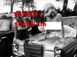 Reproduction D'une Photographie Ancienne D'une Jeune Femme Seins Nus Sur Le Capot D'une Mercedes En 1971 - Reproductions