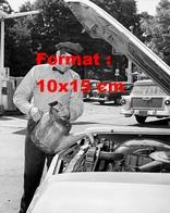 Reproduction D'une Photographie Ancienne D'un Garagiste Mettant à Niveau Une Automobile En 1950 - Reproductions