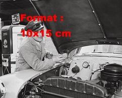 Reproduction Photographie Ancienne D'un Garagiste D'une Station Esso Contrôlant Le Niveau D'huile D'une Automobile 1950 - Reproductions