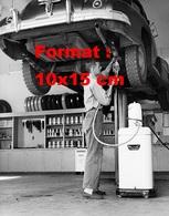 Reproduction D'une Photographie Ancienne D'un Garagiste Travaillant Sur Une Automobile Sur Pont En 1950 - Reproductions