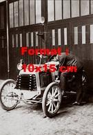 Reproduction D'une Photographie Ancienne D'un Homme En Costume Travaillant Sur Son Automobile En 1906 - Reproductions