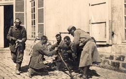 PHOTO FRANÇAISE - PRISONNIERS ALLEMANDS EXPLIQUANT LA MG08 A VADENCOURT PRES DE CONTAY - ALBERT SOMME GUERRE 1914 1918 - 1914-18