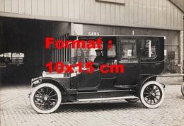 Reproduction D'une Photographie Ancienne D'un Chauffeur Dans Son Taxi - Reproductions