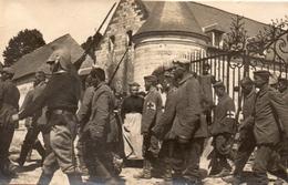 PHOTO FRANÇAISE - PRISONNIERS ALLEMANDS QUITTANT LE CHATEAU DE VADENCOURT PRES DE CONTAY - ALBERT SOMME GUERRE 1914 1918 - 1914-18