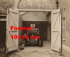 Reproduction D'une Photographie Ancienne D'un Garagiste Travaillant à L'entrée De Son Garage Début XXème Siècle - Reproductions