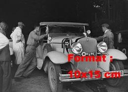 Reproduction D'une Photographie Ancienne De Mécaniciens Inspectant Une Automobile Dans Un Garage En 1930 - Reproductions