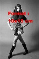 Reproduction D'une Photographie Ancienne De La Chanteuse Emaretta Marks En Jupe Courte Et Bottes Noires En 1969 - Reproductions