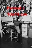 Reproduction D'une Photographie Ancienne D'une Femme En Short Court Et Bottes Noires En 1971 - Reproductions