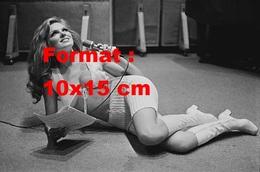Reproduction Photographie Ancienne De Julie Ege En Tenue Courte En Laine Et Bottes Blanches Allongée Sur Le Sol En 1971 - Reproductions