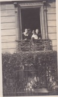 Photo Anonyme Vintage Snapshot Balcon Fenêtre Window - Personnes Anonymes