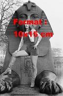 Reproduction D'une Photographie De Nanette Workman En Salopette Et Bottes En Daim Devant Un Sphinx En 1971 - Reproductions