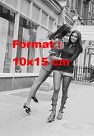 Reproduction D'une Photographie De Shakira Baksh Short Court Et Chaussures à Sangles Hautes Portant Un Mannequin En 1971 - Reproductions