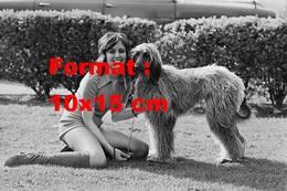 Reproduction D'une Photographie De Sylvia McNeill Portant De Hautes Bottes En Daim Sur La Pelouse Avec Un Chien En 1971 - Reproductions