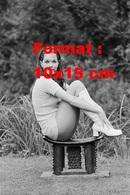 Reproduction D'une Photographie De Rosemary Nicols En Short Et Bottes Blanches Assise Sur Une Bascule En 1971 - Reproductions