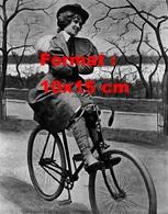 Reproduction D'une Photographie D'une Femme Les Bras Croisés Avec Bottes Sur Une Bicyclette Victorian En 1897 - Reproductions
