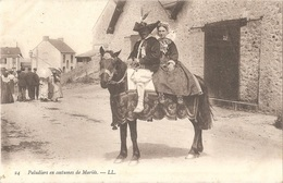 Dépt 44 - BATZ-SUR-MER (rue De La Gare) - Paludiers (de Saillé) En Costumes De Mariés - LL N° 24 - (au Fond : La Gare) - Batz-sur-Mer (Bourg De B.)