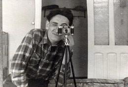 Photo Originale Photographe Amateur & Autoportrait Dans Le Miroir - Appareil Photo Sur Pied Vers 1950/60 - Personnes Anonymes