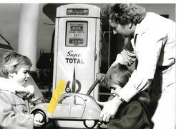 Photographie   15 X 20.5  Automobile CITROEN  2 CV  Pompe à Essence TOTAL Enfants - Automobiles