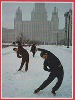 Etudiants Se Livrant à Une Pause Gymnastique. Russie. URSS. Encyclopédie De 1970. - Vieux Papiers