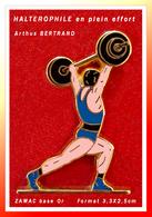 SUPER PIN'S HALTEROPHILIE-Arthus BERTRAND : En ZAMAC Base Or, Haltérophile En Plein Effort, Format 3,3X2,5cm - Haltérophilie