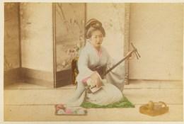 2 Photos Du Japon - XIXéme - Sur Papier Albuminé - 1) Femme De Qualité - 2) GRAND HOTEL YOKOAMA - Photos