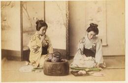 2 Photos Du Japon - XIXéme Sur Papier Albuminé  -1) MISSISSIPPIBAY YOKOHAMA  - 2) 2 GEISHAS PRENANT LE THE - Photos