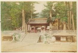 2 Photos Du Japon - XIXéme - Sur Papier Albuminé  - 1) BELLE JEUNE JAPONAISE   - 2) NIWOMON GATE OF NIKKO - Photos
