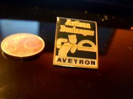 Pin' S Publicitaire  En Metal   Avec Fermoir Ancien Logo Artisan Boulanger De L Aveyron - Animaux