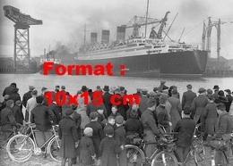 Reproduction D'une Photographie Ancienne De Nombreux Cyclistes Regardant L'arrivée Du Paquebot Le Queen Mary - Reproductions