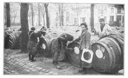 BORDEAUX Femmes Occupées à Marquer Des Tonneaux Sur Les Quais 1916 - Old Paper