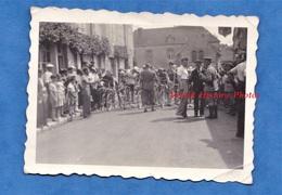 Photo Ancienne Snapshot - Ville à Situer - Jour De Course Cyclise - Equipe & Coureur à Identifier - Vélo Gendarme - Sports