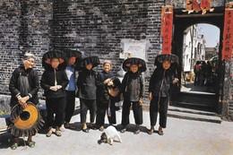 Chine Hong Kong Village Women Outside Kathing Walled City (2 Scans) - Chine (Hong Kong)