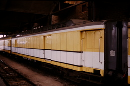 Photo Diapo Diapositive Slide Train Wagon Postal La Poste Ou Allège Postale Le 21/07/1999 VOIR ZOOM - Dias