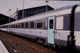 Photo Diapo Diapositive Slide Train Wagon Voiture Voyageurs SNCF De 2ème Classe Le 06/08/2000 VOIR ZOOM - Dias