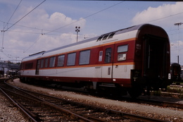 Photo Diapo Diapositive Slide Train Wagon Loco Locomotive Fourgon SNCF Pour Train De Voyageurs Le 05/08/2000 VOIR ZOOM - Diapositives