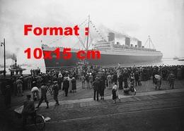 Reproduction D'une Photographie Ancienne De La Foule Attendant L'arrivée Du Paquebot Le Queen Mary - Reproductions