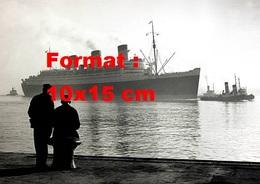 Reproduction D'une Photographie Ancienne De Deux Hommes Regardant L'arrivée Du Paquebot Le Queen Mary En 1953 - Reproductions